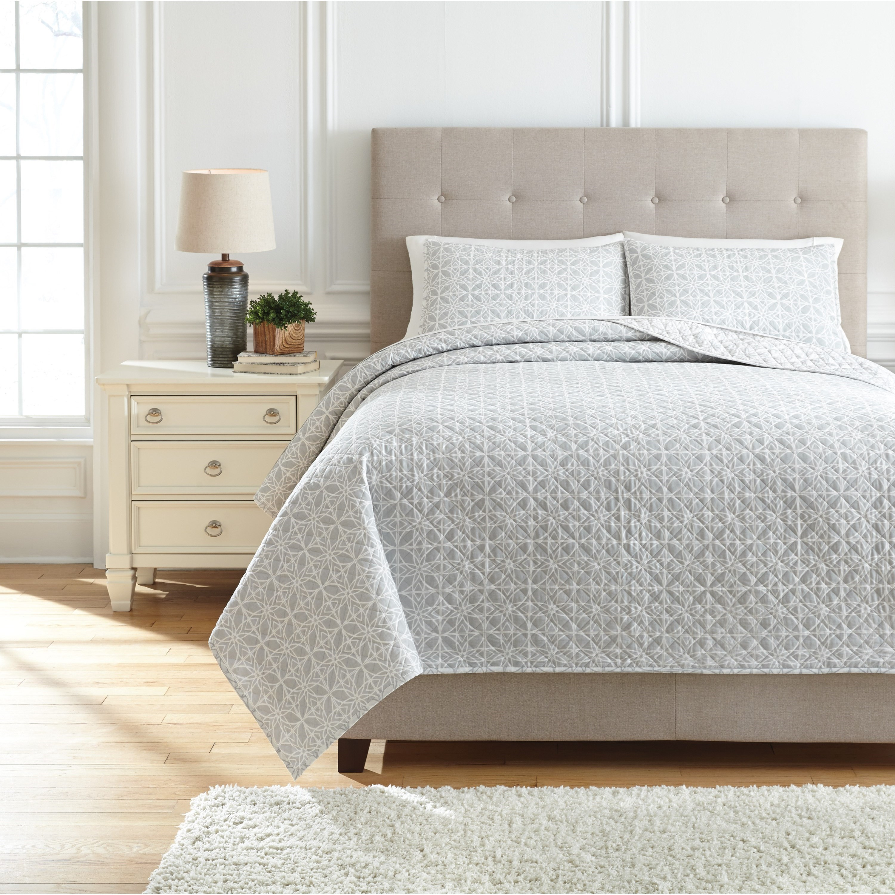 Bedding Sets King Mayda Gray/White Quilt Set by Signature Design by Ashley at Standard Furniture